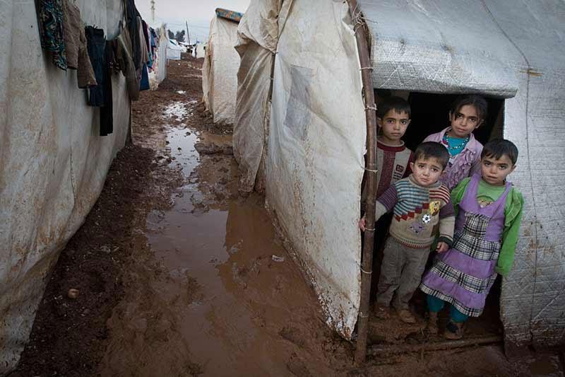أطفال لاجئون في المخيمات