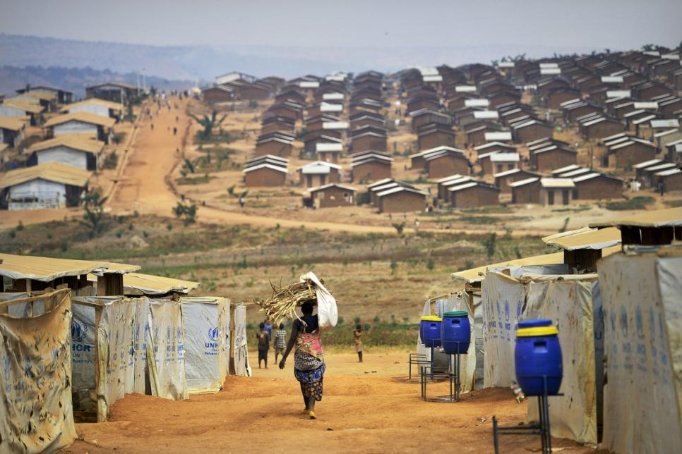 """تنضم اللجنة للمفوضية في حملة """"كن نوراً لهم"""" من أجل مخيمات اللاجئين التي تفتقر إلى الإنارة الكافية."""