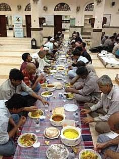 """""""النجاة"""" وزعت 70 الف وجبة إفطار صائم عبر 65 موقعا بالكويت"""